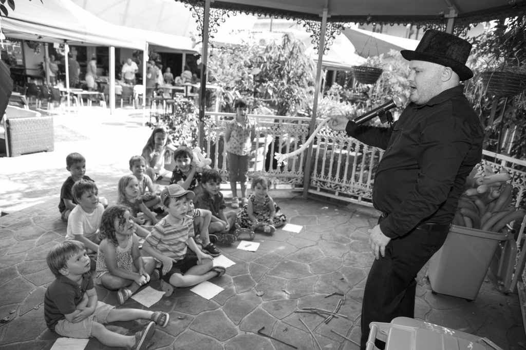 Magician and Childrens Entertainer Pete Booth00053